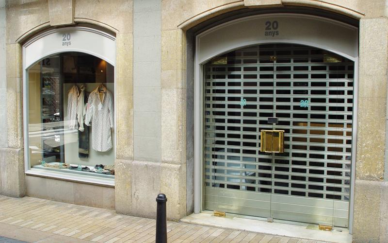 puerta enrrollable tienda ropa